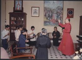 Cha Vũ Khởi Phụng và các cha DCCT tại tòa Tổng Giám Mục Hà Nội tháng 5 năm 1990